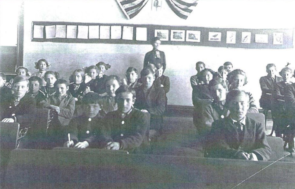 "Inside Kunesh School, Circa 1913. Elsie Stender Maggie noted by ""x "" over her head"